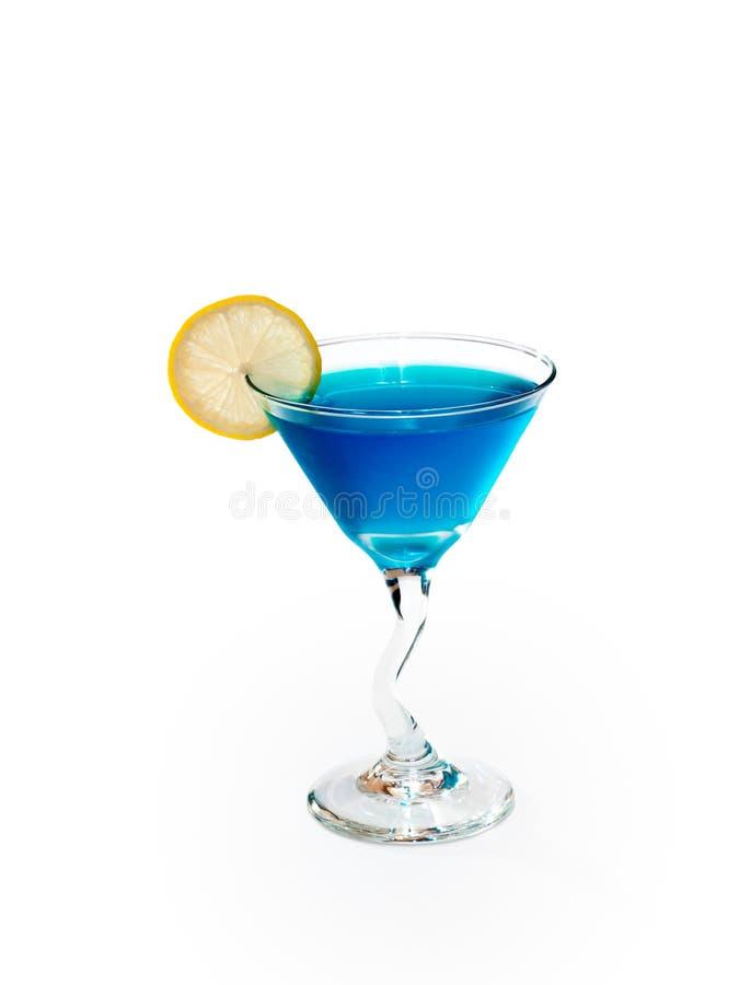 Glas van alcoholische blauwe drank met citroen stock afbeeldingen