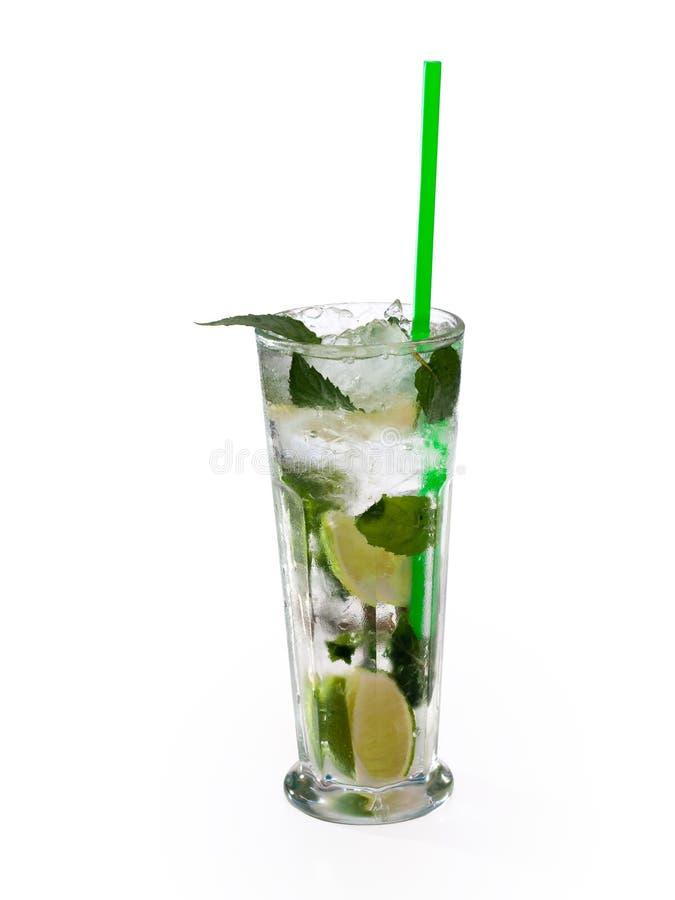 Glas van alcoholische drank met kalk, munt en ijs royalty-vrije stock foto