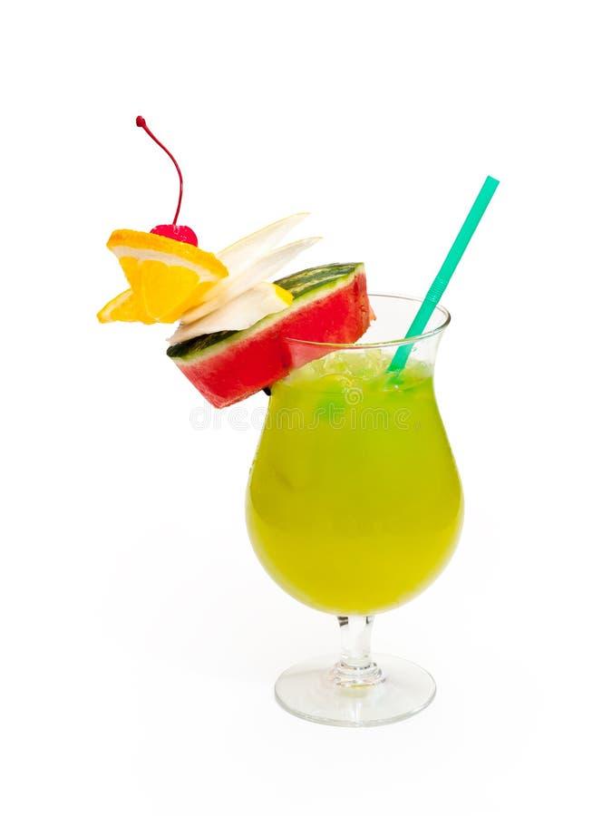 Glas van alcoholische groene drank met sinaasappel, kers, watermeloen en ijs royalty-vrije stock foto's
