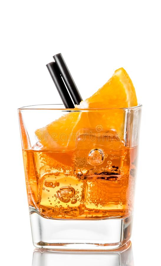 Glas van aperolcocktail van het spritzaperitief met oranje plakken en ijsblokjes stock foto