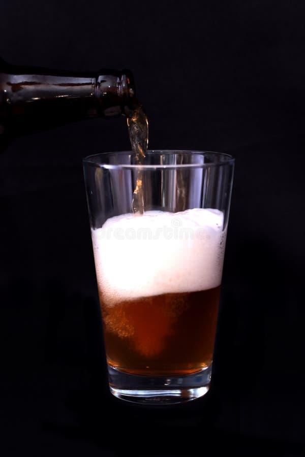 Glas van bier en fles stock afbeeldingen
