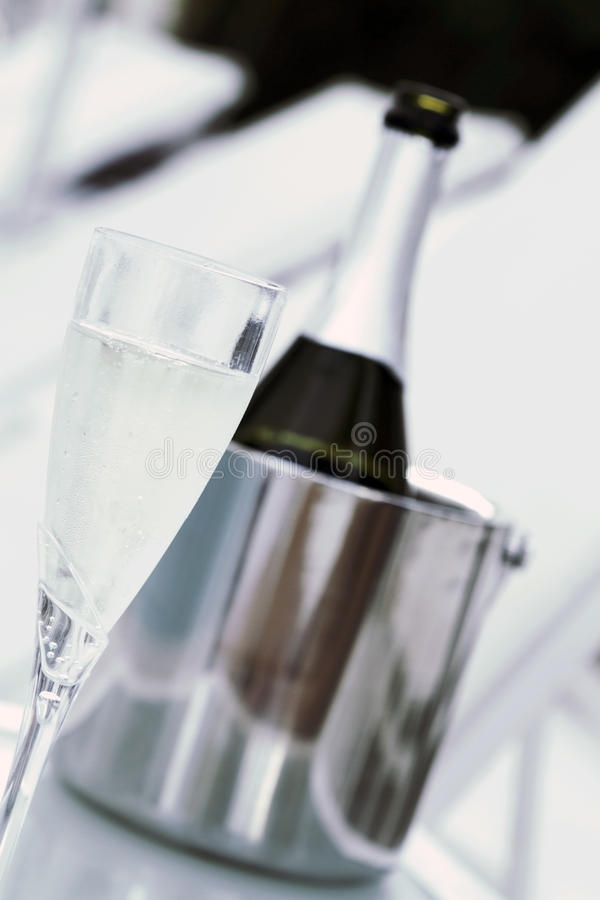 Glas van champagne en fles stock foto