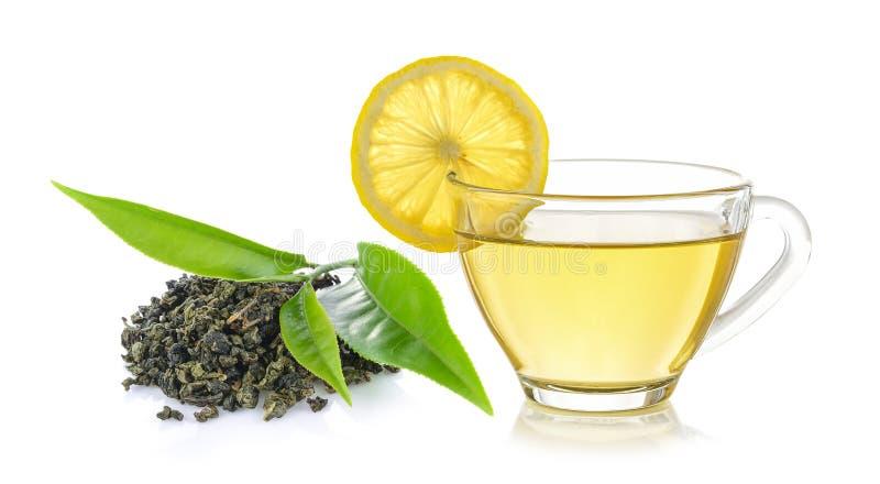 Glas van citroenthee en groen theeblad royalty-vrije stock foto's