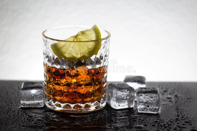 Glas van cocktail met citroenplak Het art. van de alcoholdrank Koud water en ijsblokje royalty-vrije stock foto's