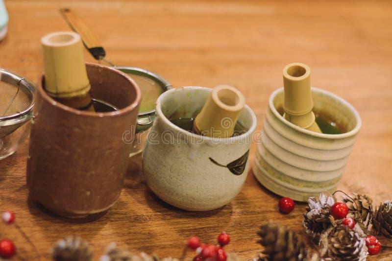 Glas van de close-up het Groene thee met theeborstel stock foto
