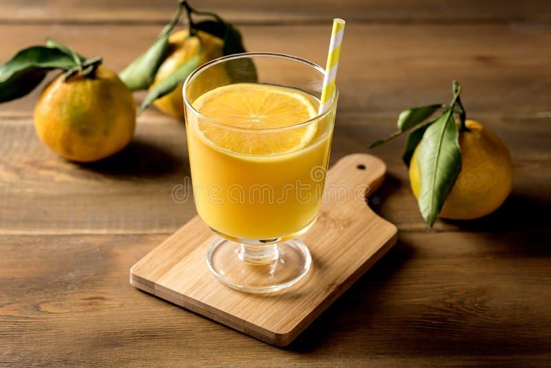 Glas van de Smakelijke Drank van Achtergrond citrusvruchtenjuice refreshing tangerin orange juice Houten Gezonde van Detox stock foto's