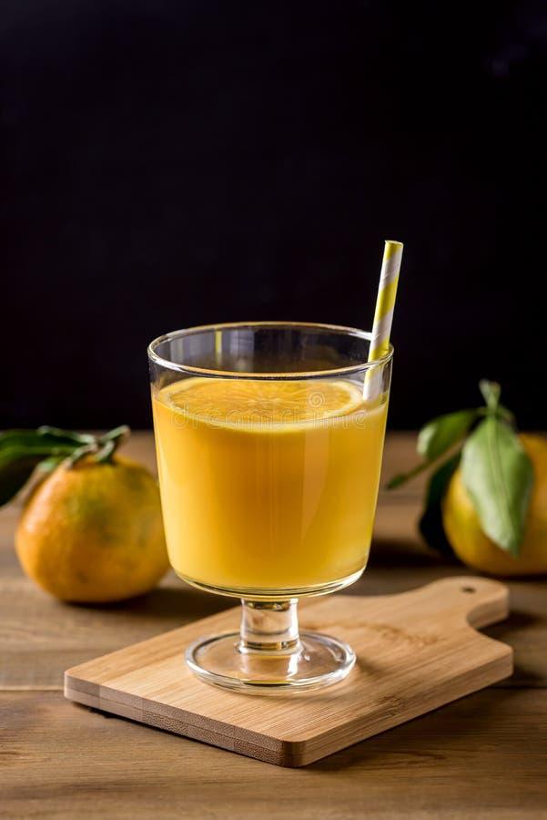 Glas van de Smakelijke Drank van Achtergrond citrusvruchtenjuice refreshing tangerin orange juice Houten Gezonde van Detox stock afbeelding