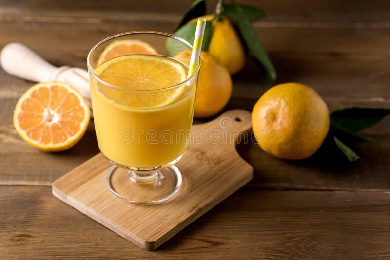 Glas van de Smakelijke Drank van Achtergrond citrusvruchtenjuice refreshing tangerin orange juice Houten Gezonde van Detox stock afbeeldingen