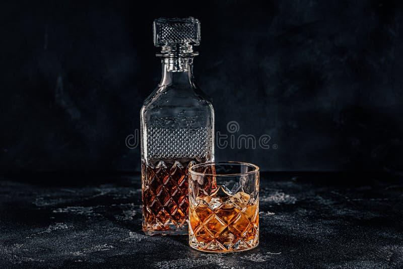 Glas van de whisky met een vierkante karaf royalty-vrije stock foto's
