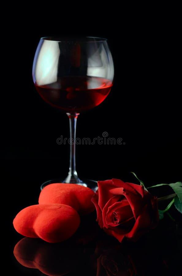 Glas van de wijn en rood nam toe stock foto's