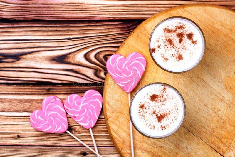 Glas van eierpunch en suikergoedriet stock foto
