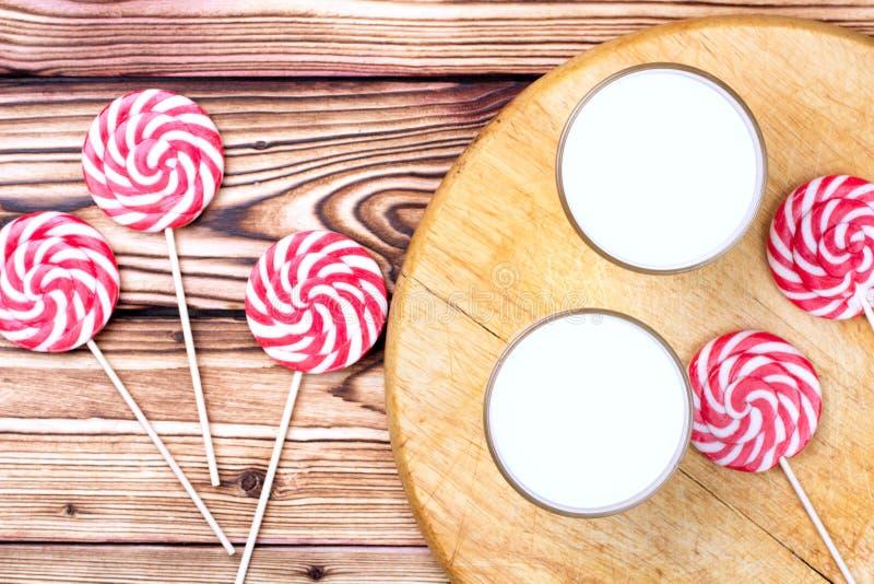 Glas van eierpunch en suikergoedriet royalty-vrije stock foto