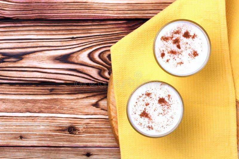 Glas van eierpunch en suikergoedriet royalty-vrije stock afbeeldingen