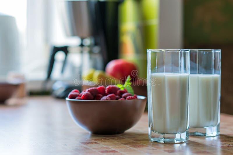 Glas van frambozenmilkshake met bessen op heldere achtergrond stock fotografie