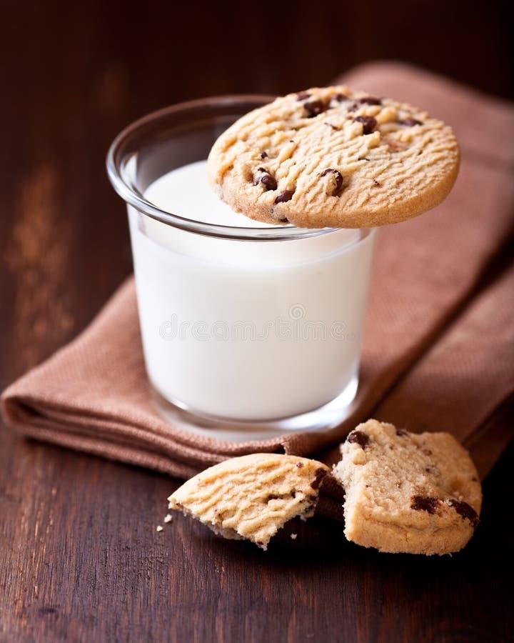 Glas van het Koekje van de Melk en Van de Chocoladeschilfer royalty-vrije stock fotografie