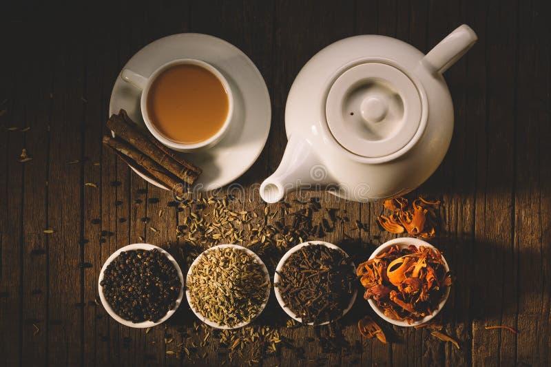 Glas van hete Indische yogadrank - de thee van masalachai met kruiden en royalty-vrije stock foto's