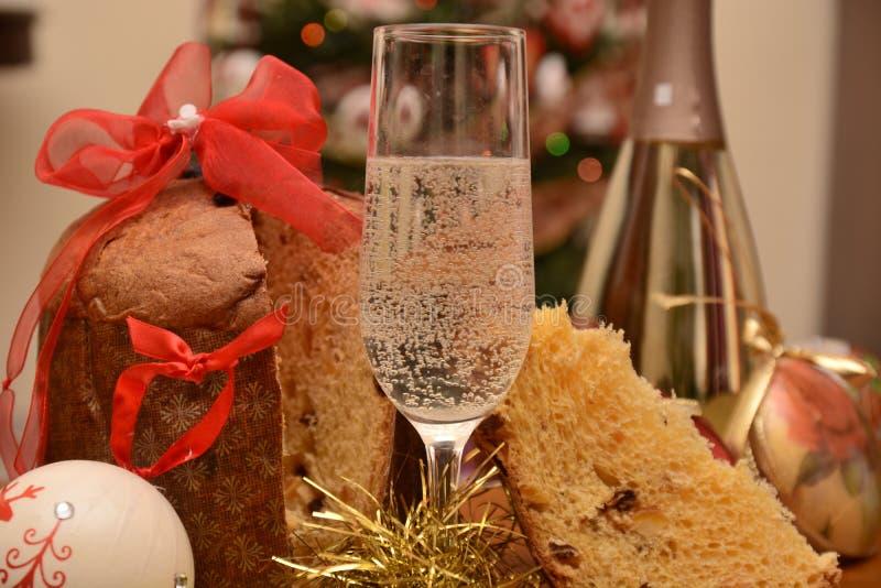 Glas van Italiaanse spumante op pianoinstrument voor gelukkig nieuw jaar met Kerstmisdecoratie stock foto