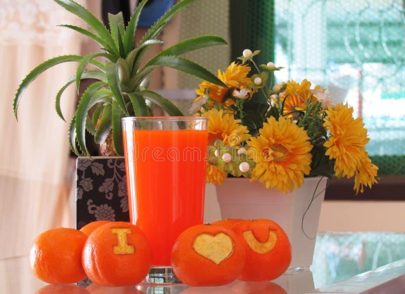 """Glas van jus d'orange en verse sinaasappel die een symbool """"I Lov snijden royalty-vrije stock afbeeldingen"""