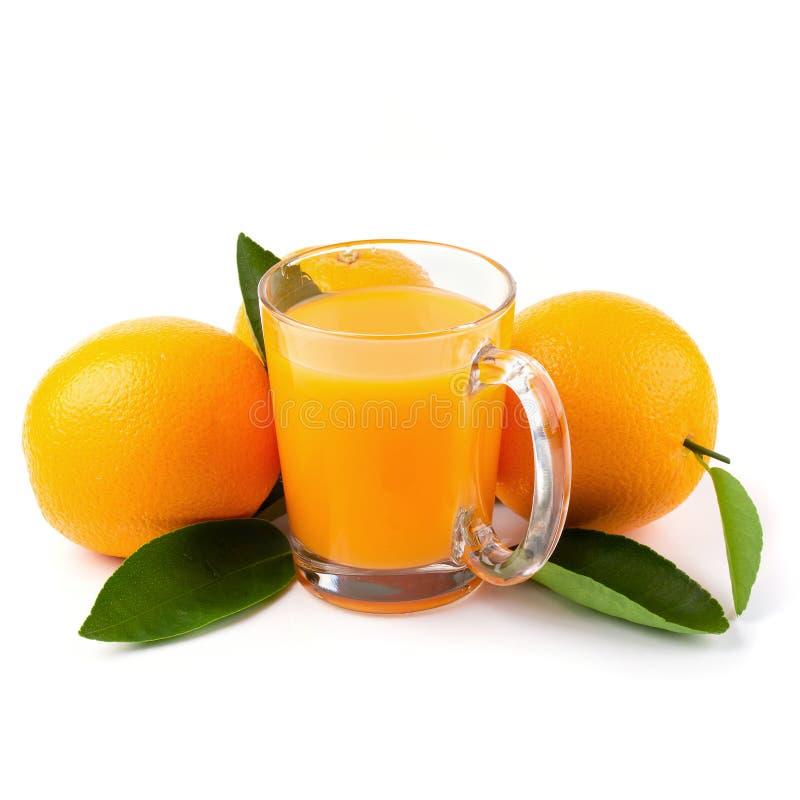 Glas van jus d'orange en Verse sinaasappel op een witte achtergrond royalty-vrije stock foto