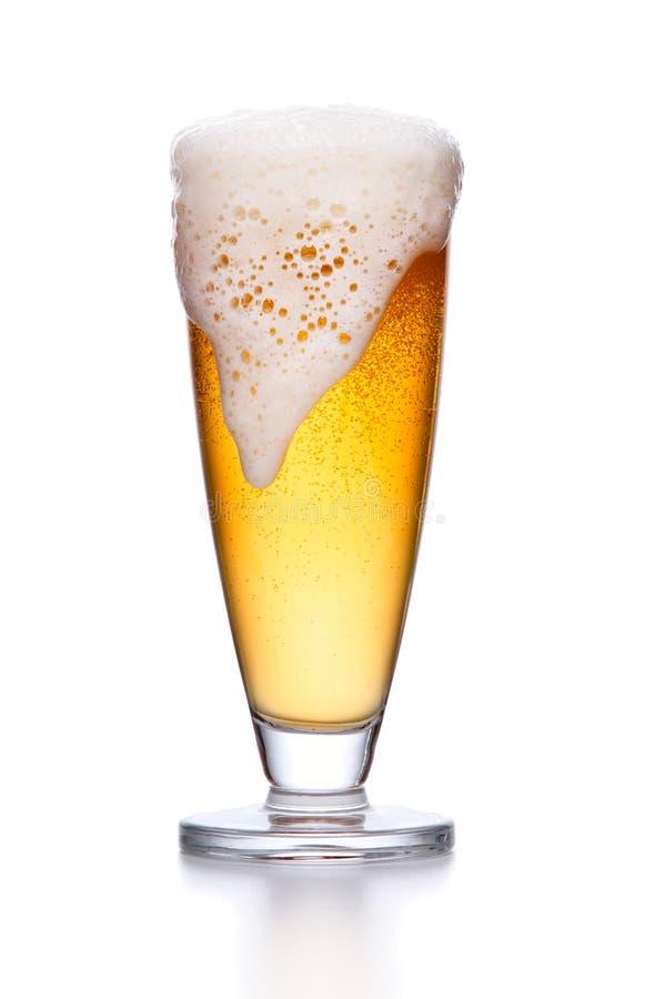 Glas van licht bierschuim lagerbierbier in een glasbeker met fres royalty-vrije stock fotografie