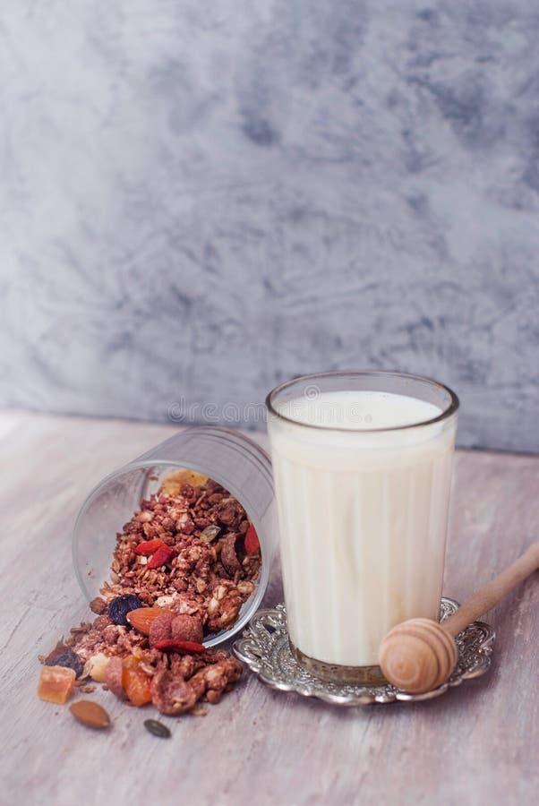 Glas van Melk en Granola-kom Gezonde Noten en Droge Vruchten op Rustieke Houten Achtergrond Houten Honney-Lepel Hoogste mening stock afbeeldingen