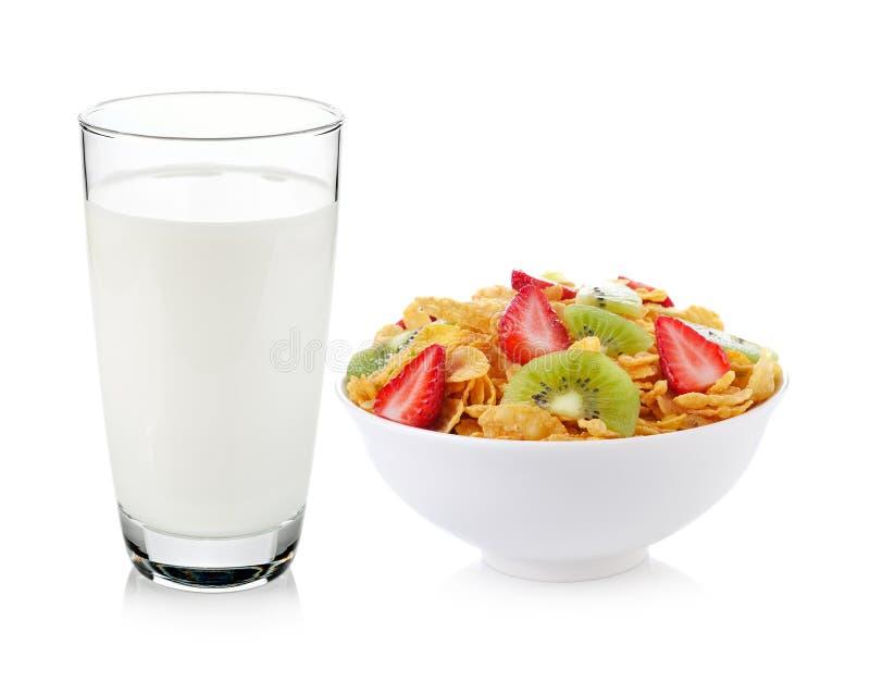 Glas van melk en muesliontbijt stock foto's