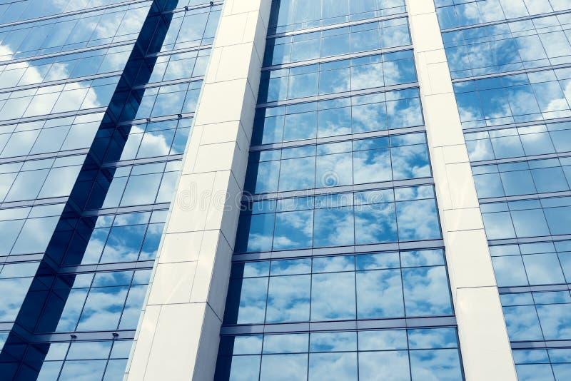 Glas van moderne toren met hemelbezinning voor zaken backgroun stock fotografie