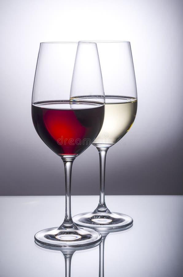 Glas van Rood en Wit Wijn Achterlit stock foto