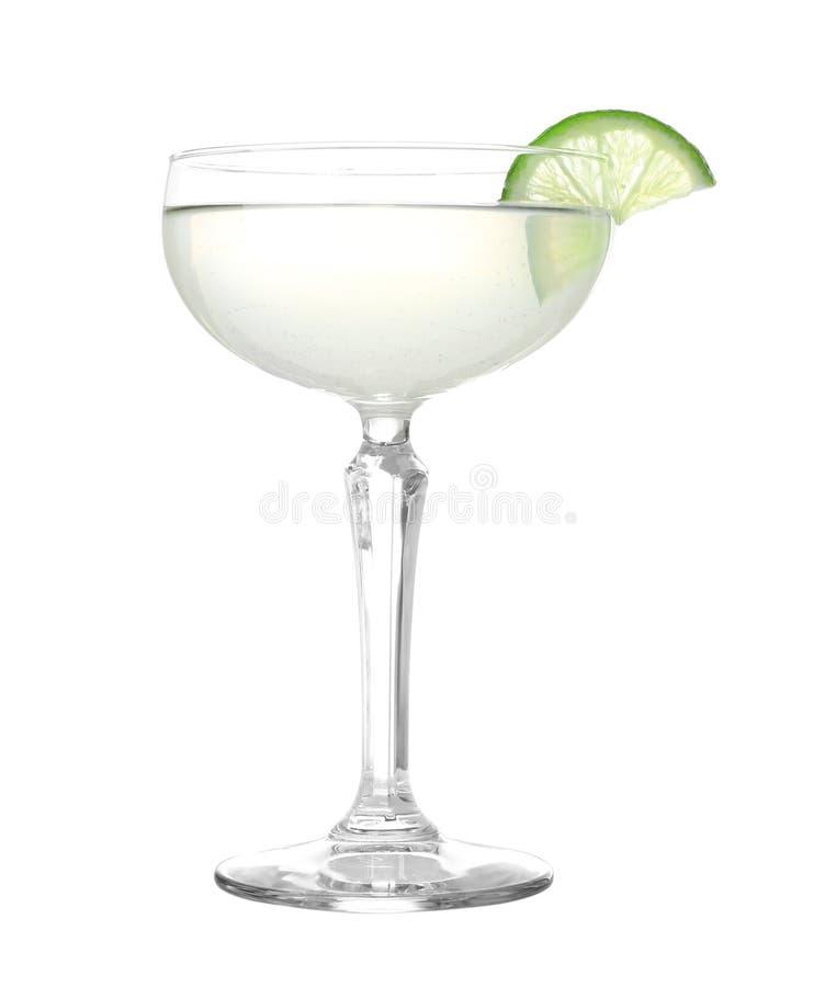 Glas van smakelijke martini met kalk op wit royalty-vrije stock afbeeldingen