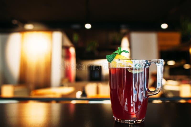Glas van smakelijke rode stempel op restaurantlijst royalty-vrije stock afbeeldingen