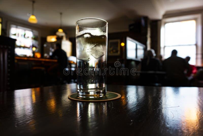 Glas van tonicum op een Ierse bar royalty-vrije stock fotografie