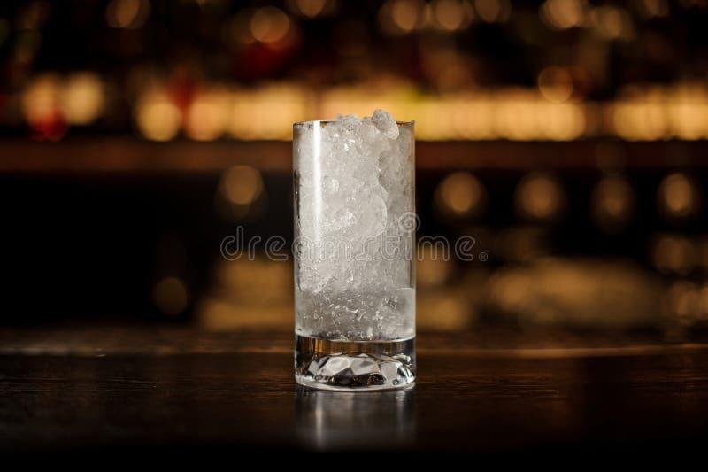 Glas van verpletterd ijs die zich op de lege barteller bevinden stock afbeeldingen