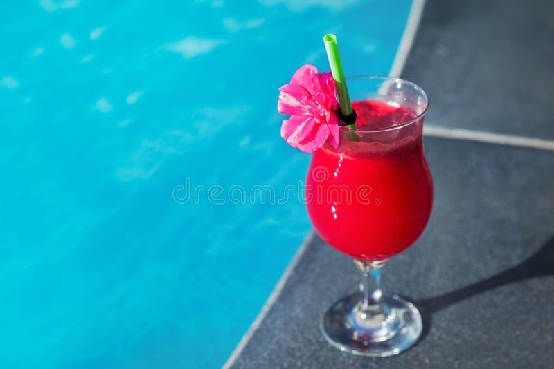 Glas van vers de drank zwembad van het watermeloen smoothie sap stock foto's