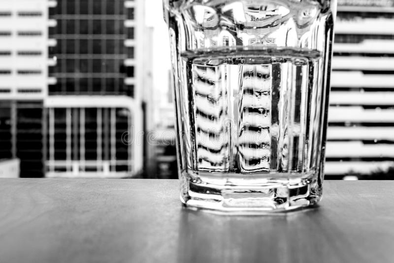 Glas van water en cityscape royalty-vrije stock afbeelding