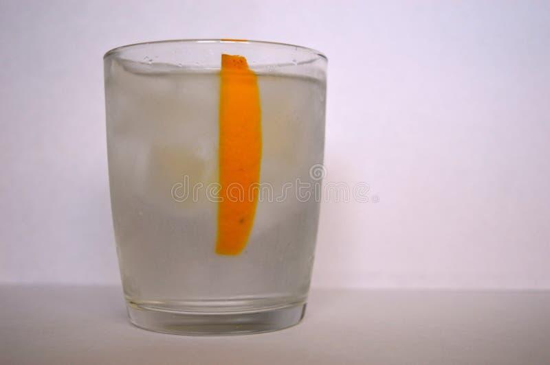 Glas van water en een citroenplak stock foto