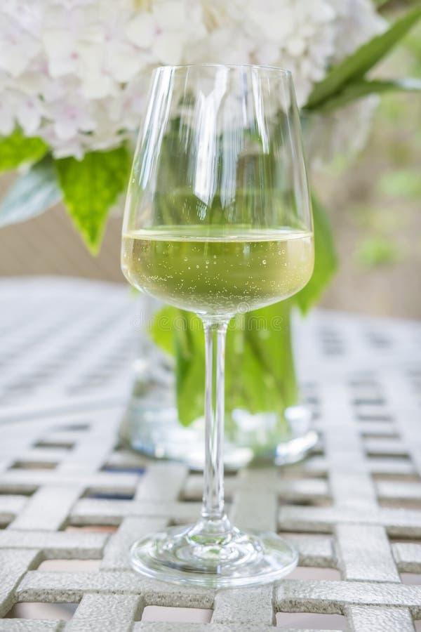 Glas van Wit op een Tuinlijst stock foto's