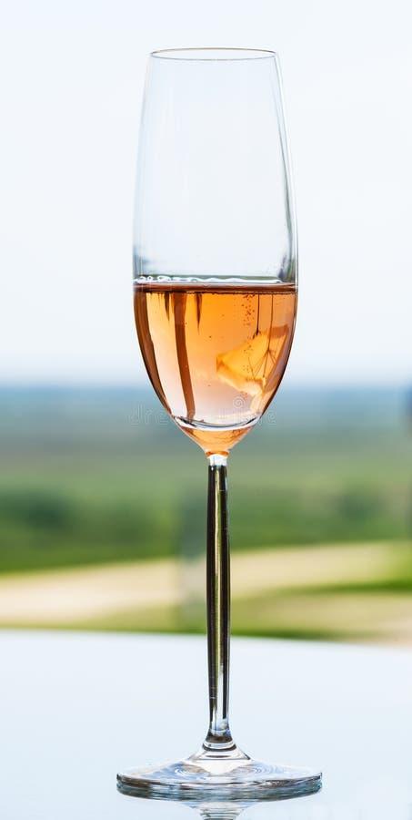 Glas van wit wijnglas op een lijst royalty-vrije stock afbeelding