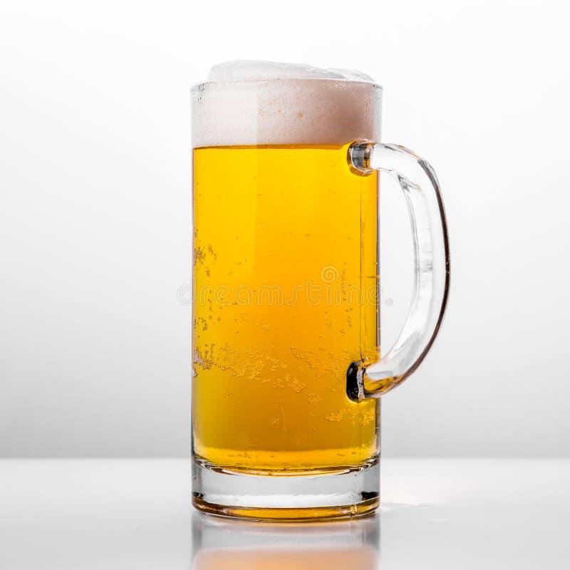 Glas vers bier op witte achtergrond royalty-vrije stock foto's