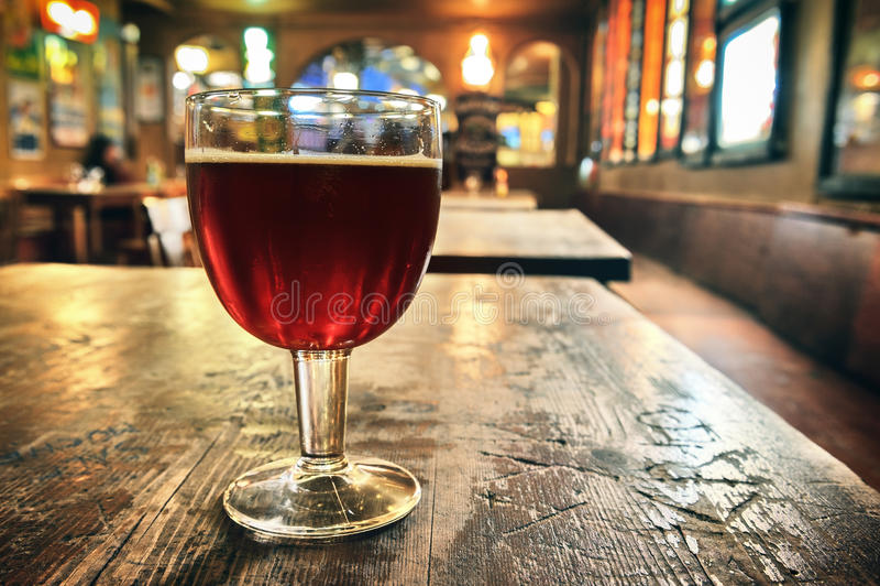 Glas vers donker bier royalty-vrije stock foto