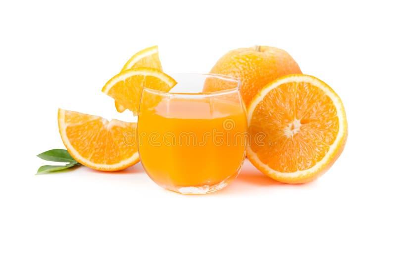 Glas vers gedrukt jus d'orange met gesneden sinaasappel royalty-vrije stock fotografie