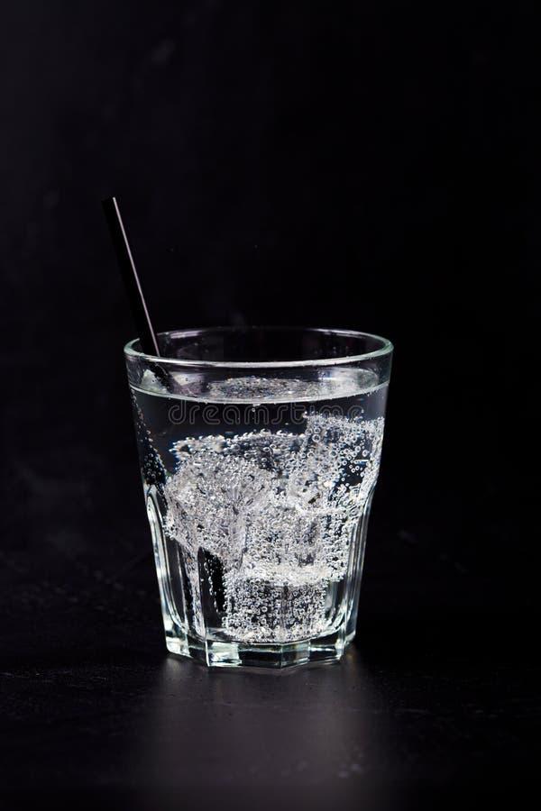 Glas vers koud sodawater met ijsblokjes stock foto