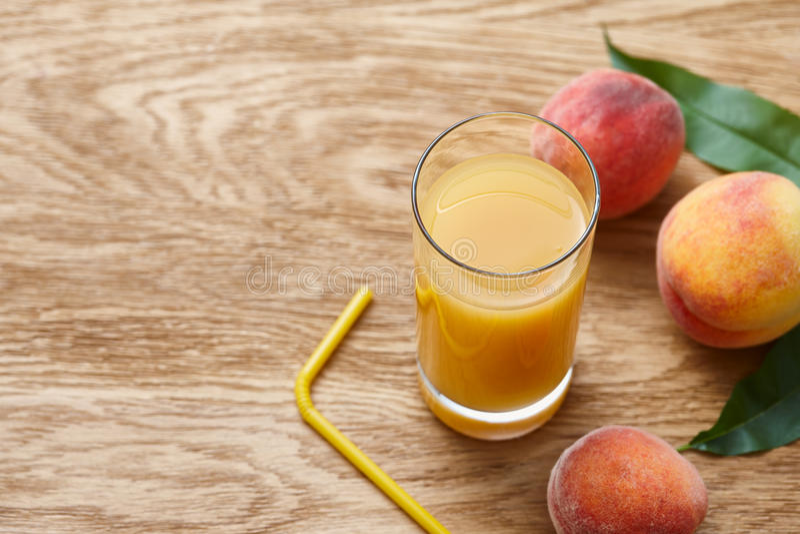 Glas vers perziksap en rijpe vruchten royalty-vrije stock afbeelding