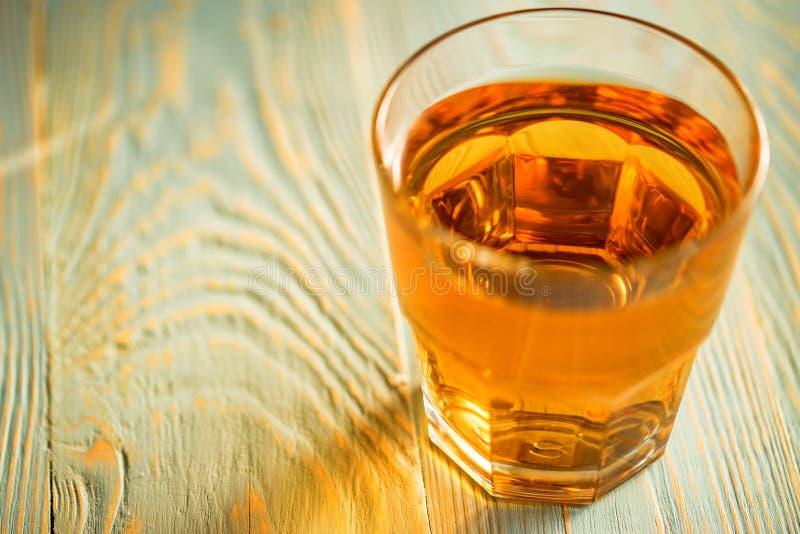 Glas verse appelsap of cider op houten lijst royalty-vrije stock foto