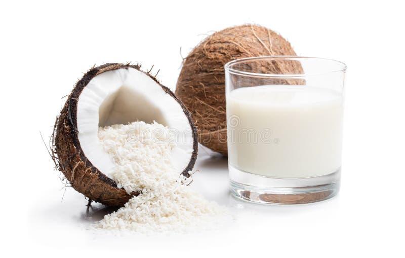 Glas verse die kokosmelk en vlokken op wit wordt geïsoleerd stock afbeeldingen