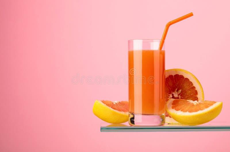 Glas verse grapefruit juice met verse vruchten stock foto's