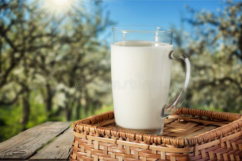 Glas verse melk, close-upmening stock foto's