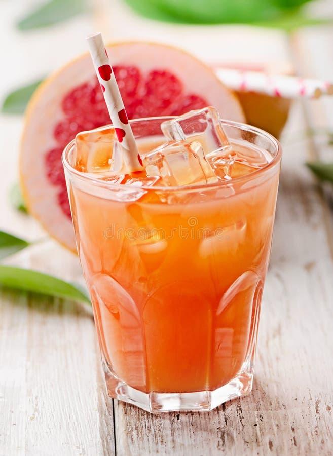 Glas verse roze grapefruit juice royalty-vrije stock foto's