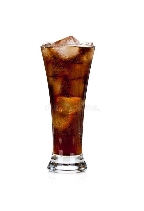 Glas voll vom Kolabaum und vom Eis auf Weiß lizenzfreie stockfotos