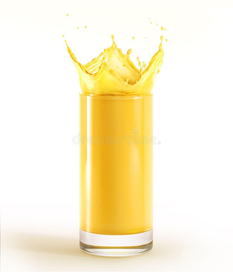 Glas voll vom Orangensaft mit Spritzen Auf weißem Hintergrund lizenzfreies stockbild