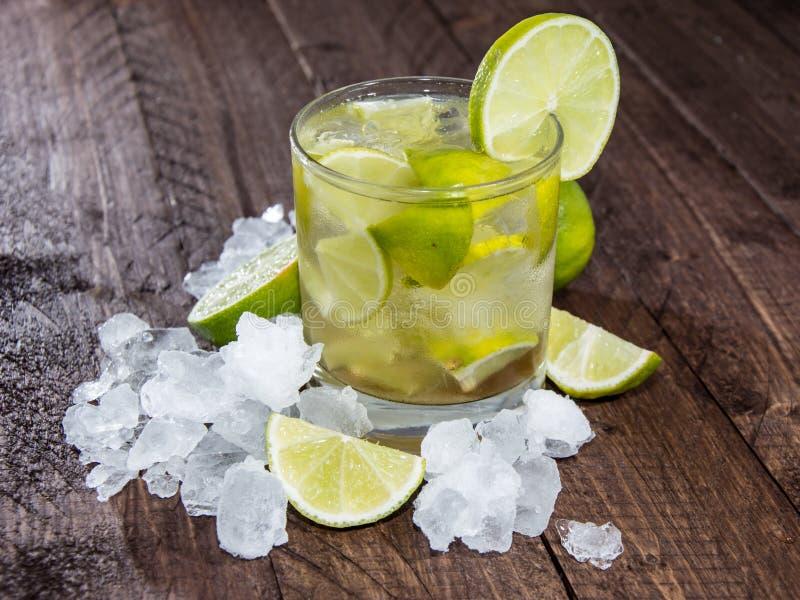 Glas von Caipirinha mit zerquetschtem Eis stockfotos